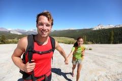 Fotvandra par som har rolig det fria i Yosemite, USA Royaltyfria Foton