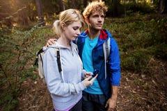 Fotvandra par som kontrollerar kompasset Royaltyfri Foto