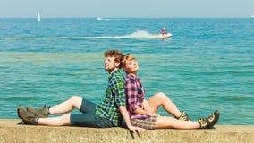 Fotvandra par som kopplar av på havskust Arkivbilder