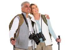 Fotvandra par som ser upp Arkivbild