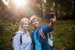 Fotvandra par som tar en selfie Royaltyfria Foton