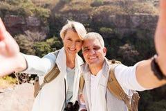 Fotvandra par som tar selfie Arkivbild
