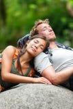 Fotvandra parvänner som kopplar av att sova i natur Royaltyfria Bilder