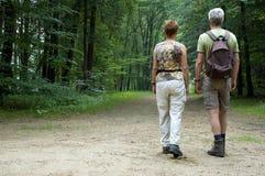 fotvandra pensionär för par Royaltyfri Bild