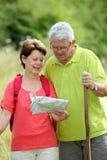 fotvandra pensionär för pardag Royaltyfri Foto