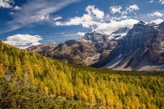 Fotvandra runt om morän sjön i Banff NP, Kanada Arkivfoto