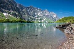 Fotvandra runt om Truebsee sjön i schweiziska fjällängar, Engelberg Royaltyfri Fotografi