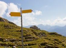 fotvandra signpost switzerland för gästhem fotografering för bildbyråer