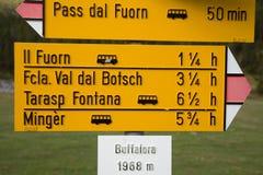 fotvandra signpostschweizare arkivbilder