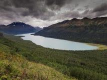 Fotvandra sjön Eklutna i Alaska fotografering för bildbyråer