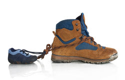 Fotvandra skor från fader och son Arkivbild