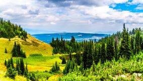 Fotvandra skuggar på Tod Mountain nära byn av solmaxima av British Columbia, Kanada royaltyfria foton