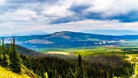 Fotvandra skuggar på Tod Mountain nära byn av solmaxima av British Columbia, Kanada royaltyfri bild