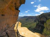 Fotvandra släpa klippan med härlig bergsikt av Wentworth Falls, New South Wales, Australien arkivfoto
