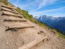 Fotvandra slinga för brant berg med trämoment royaltyfri fotografi