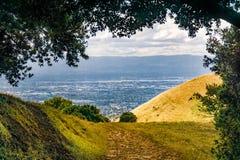 Fotvandra slinga i södra San Francisco Bay område, bostadsområden av San Jose som är synliga i bakgrunden, Kalifornien royaltyfria bilder