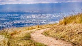Fotvandra slinga på kullarna av södra San Francisco Bay område, flyg- sikt av i stadens centrum San Jose som är synlig i bakgrund arkivbild