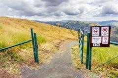 Fotvandra slinga på kullarna av toppiga bergskedjan utsikt OSP, södra San Francisco Bay område, San Jose, Kalifornien arkivbilder