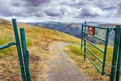 Fotvandra slinga p? kullarna av toppiga bergskedjan utsikt OSP, s?dra San Francisco Bay omr?de, San Jose, Kalifornien arkivfoto