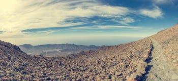 Fotvandra slinga som kör till och med spektakulärt vulkaniskt landskap fotografering för bildbyråer