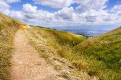 Fotvandra slinga till och med kullarna av södra San Francisco Bay område, San Jose som är synligt i bakgrunden, Kalifornien royaltyfri foto