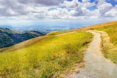 Fotvandra slinga till och med kullarna av s?dra San Francisco Bay omr?de, San Jose som ?r synligt i bakgrunden, Kalifornien arkivfoto