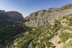 Fotvandra slingan Caminito del Rey Sikt av klyftan av Gaitanes i El Ch royaltyfri foto