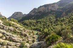 Fotvandra slingan Caminito del Rey Sikt av klyftan av Gaitanes i El Ch arkivfoton
