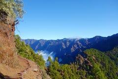 Fotvandra slingan GR131 Rute de los Volcanes som leder på kanten av Caldera de Taburiente som är den största erosionkrater i woen arkivfoto