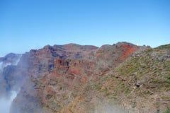 Fotvandra slingan GR131 Rute de los Volcanes som leder på kanten av Caldera de Taburiente som är den största erosionkrater i woen arkivbild