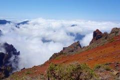 Fotvandra slingan GR131 Rute de los Volcanes som leder på kanten av Caldera de Taburiente som är den största erosionkrater i woen royaltyfri bild