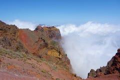 Fotvandra slingan GR131 Rute de los Volcanes som leder på kanten av Caldera de Taburiente som är den största erosionkrater i woen royaltyfri foto