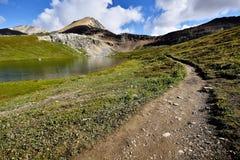 Fotvandra slingan Helen Lake Cirque Peak Arkivfoto
