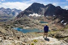 Fotvandra slingan i Aosta Valley, Italien royaltyfri bild