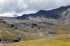 Fotvandra slingan i Aosta Valley, Italien Alpin sjö av Doreire royaltyfria foton