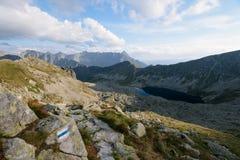Fotvandra slingan i den höga Tatraen Fotografering för Bildbyråer