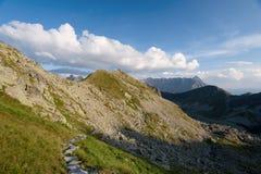 Fotvandra slingan i den höga Tatraen Arkivfoto