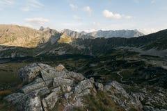 Fotvandra slingan i den höga Tatraen Royaltyfri Bild