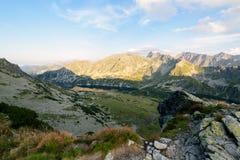 Fotvandra slingan i den höga Tatraen Arkivfoton