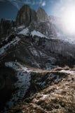 Fotvandra slingan i dolomitesna Arkivfoton