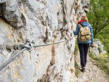 Fotvandra slingan i nationalpark med att fotvandra för kvinna som är synligt i bacen Royaltyfria Foton