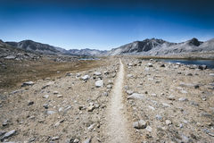 Fotvandra slingan i toppiga bergskedjan Nevada Mountains arkivbild