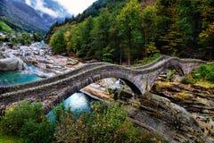 Fotvandra slingan på den berömda Roman Bridge kallade royaltyfria bilder