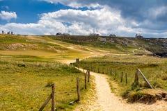 Fotvandra slingan på den breton kusten Brittany Bretagne, Frankrike Royaltyfria Foton
