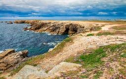Fotvandra slingan på den breton kusten Brittany Bretagne, Frankrike Arkivbild