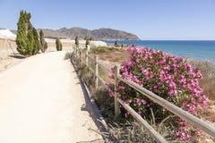 Fotvandra slingan på den medelhavs- kusten i Spanien Arkivbild