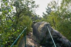 Fotvandra slingan på Teufelsmaueren i den Harz nationalparken Arkivfoton