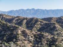 Fotvandra slingan runt om San Gabriel Mountain arkivfoton