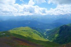 Fotvandra slingan som leder från Koruldi sjöar för att montera den Ushba glaciären i Kaukasus berg, övreSvaneti region, Georgia fotografering för bildbyråer