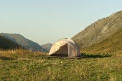 Fotvandra tältet i bergen Royaltyfri Foto